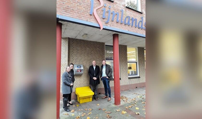 Conrector Ilse Tacken, initiatiefneemster Liane van der Meer, wethouder Arno van Kempen en Emill de Waal van Huschka bij de plaatsing van de AED aan de Van Alkemadelaan.