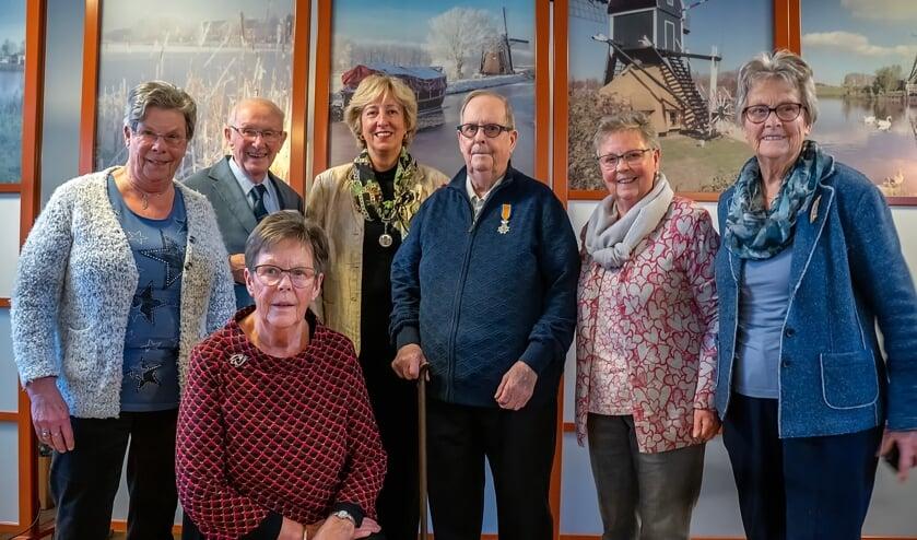 Leendert Dompeling en burgemeester Driessen temidden van de familie van het kersverse Lid in de Orde van Oranje Nassau. | Foto: J.P. Kranenburg