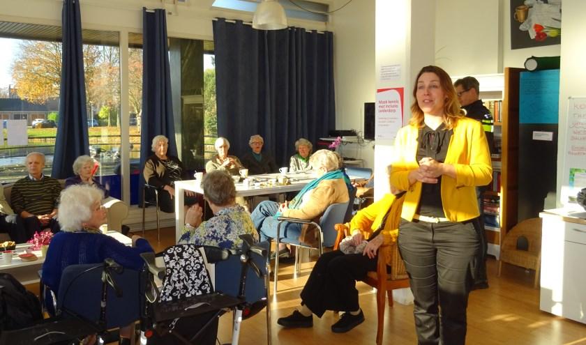 Janine de Vries (met geel jasje) gaf onlangs in 't Buurthuis uitleg over het werk van Incluzio Leiderdorp.