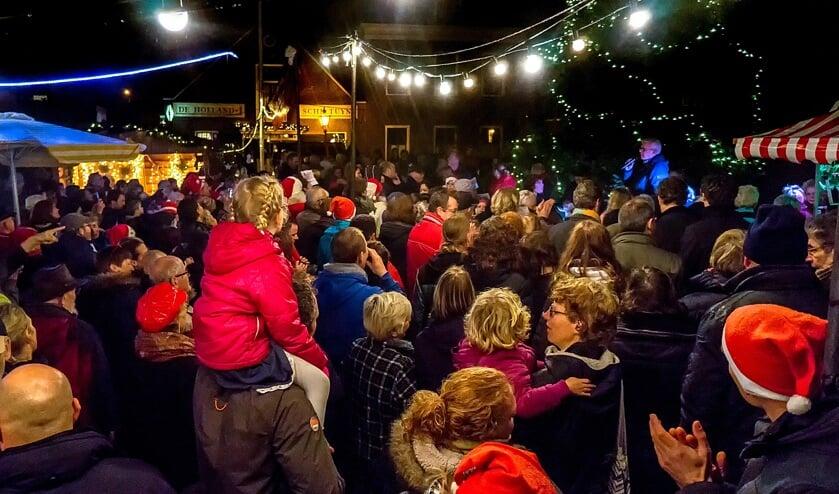 Het ontsteken van de lichtjes in de grote kerstboom en de daarop volgende samenzang van kerstliedjes trekt altijd veel publiek