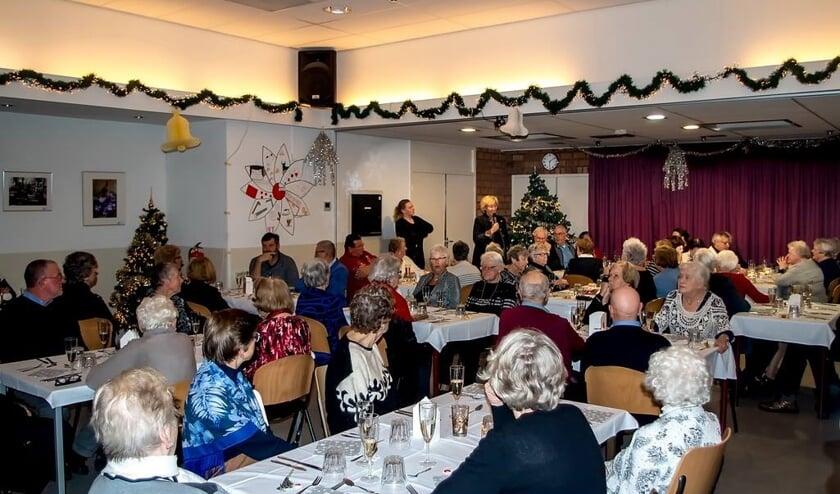 Een zaal vol gasten op donderdagavond. Op de achtergrond burgemeester Laila Driessen die de avond opende.