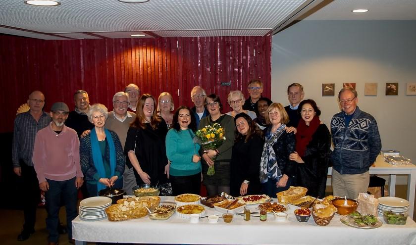 De vrijwilligers van VluchtelingenWerk namen afscheid van teamleider Maureen van den Brink (met bloemen) en van elkaar.