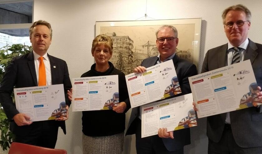 De ondertekenaars. V.l.n.r. Willem Joosten (wethouder Leiderdorp), Jacinta Boere (De Huurderij), Chrétien Mommers (directeur bestuurder Rijnhart Wonen) en Ton de Gans (wethouder Zoeterwoude).  | Foto: PR