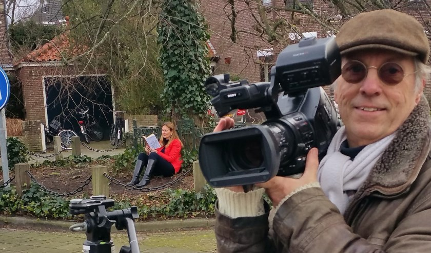 Roel Zaadnoordijk tijdens opnamen voor de film 'Schrijversdorp Oegstgeest'. Onder de boom een lezende inwoner als terugkerend thema in de film.