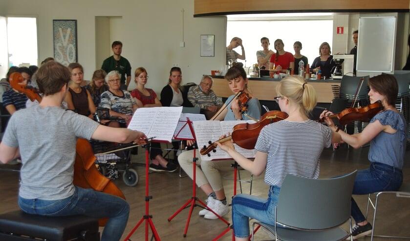 Sarah-Lynn Huizing, Lisa van Dongen, Hester van Kronenberg en Tjeerd Broerse spelen het strijkkwartet no.2 deel 4 van Brahms. | Foto's Willemien Timmers