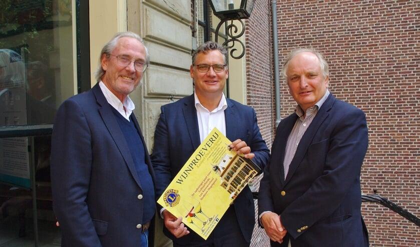 Twee Lions overhandigen een poster aan Jan-Willem Besselink.   Foto Willemien Timmers