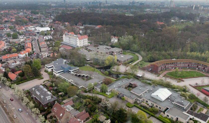 Over drie jaar zijn Centrum '45 en GGZ Rivierduinen geheel vertrokken uit Oegstgeest, en zal het gebied achter het gemeentehuis, alsmede het terrein rondom Kasteel Endegeest anders ingericht worden. | Archieffoto Wil van Elk