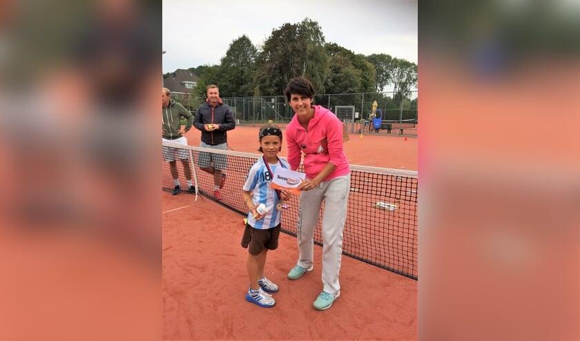 Tygo Caldas,de dagwinnaar Oranje toernooi op woensdag, met Katja Nossik van tennisschool Nossik/Versteeg.
