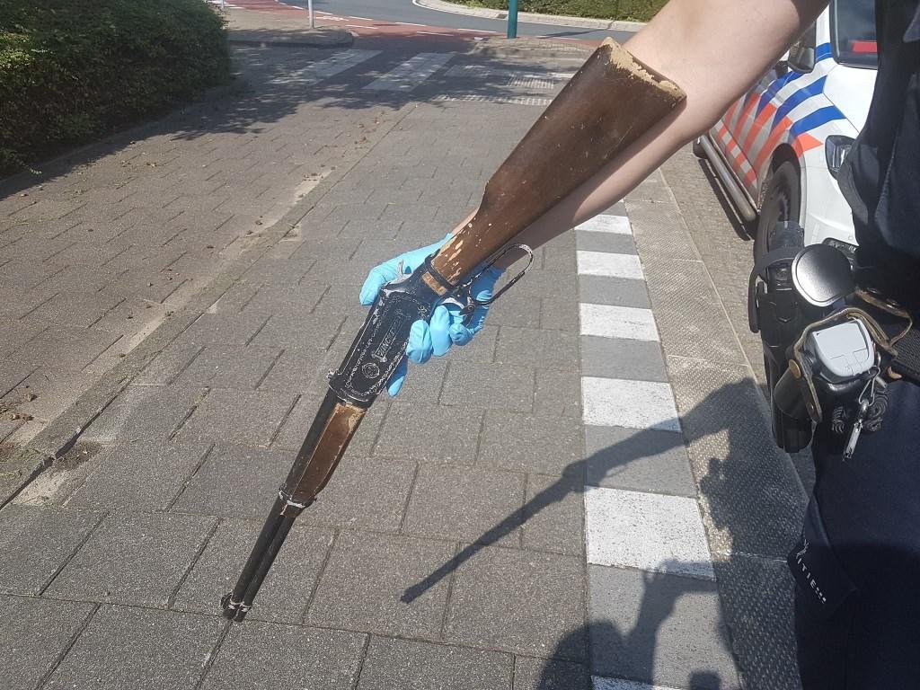 Het klappertjespistool. | Foto Politie Leiden Noord - Facebook Foto: Facebook Politie Leiden Noord © uitgeverij Verhagen