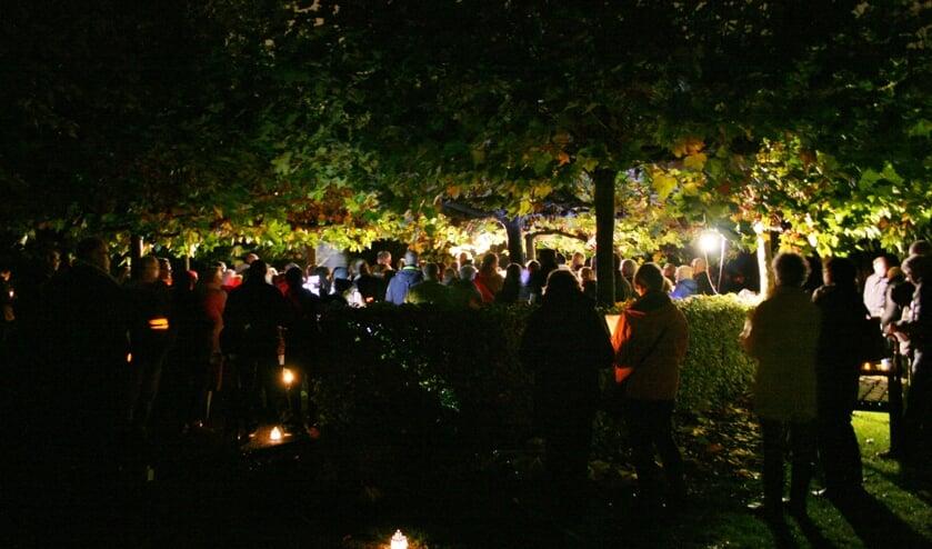 <p>&#39;s Avonds met een lichtje bij elkaar komen kan dit jaar niet op 2 november, maar de begraafplaats aan de Hoogmadeseweg in Leiderdorp is wel de hele dag open voor wie een dierbare overledene wil herdenken</p>