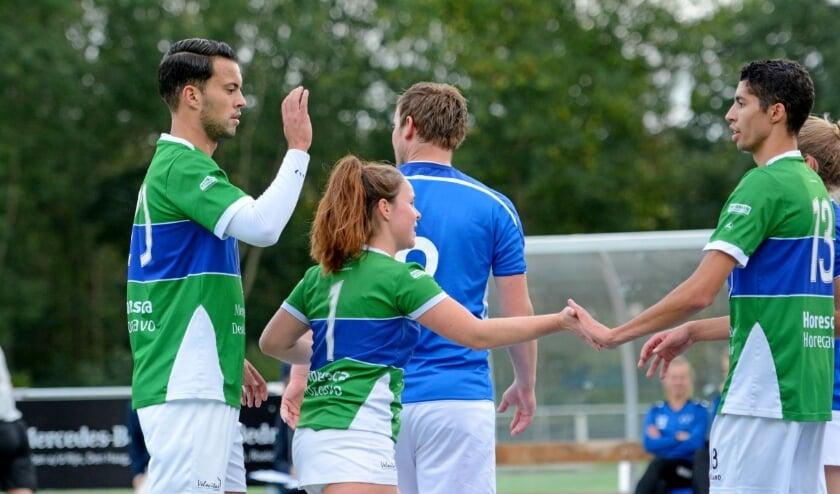 Mitchell de Boer, Debby Halvemaan en Nick van der Zee tijdens de wedstrijd tegen OVVO vorig seizoen.