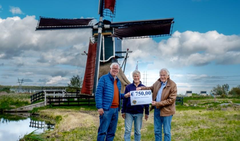 V.l.n.r. Peter de Ligt en Erik Kopp van de Lions Club Leiderdorp en voorzitter Wim Bos van de Rijnlandse Molenstichting. Op de achtergrond de Munnikkenmolen in het Leiderdorpse Weteringpark.