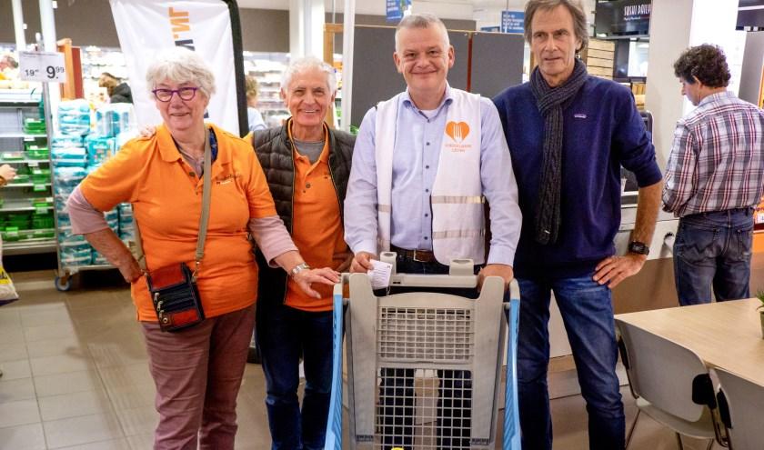 Wethouder Daan Binnendijk op pad om boodschappen te doen voor de Voedselbank. Hij wordt geflankeerd door medewerkers van de Voedselbank Leiden e.o. | Foto: J.P. Kranenburg