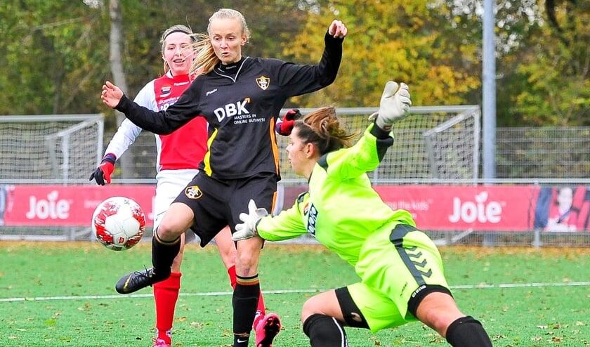 Prima ingreep van doelvrouw Hannah van den Heuvel om voor de voeten van Janneke Ennema het leer nog te toucheren. Kimberley van Delft ziet het gebeuren.