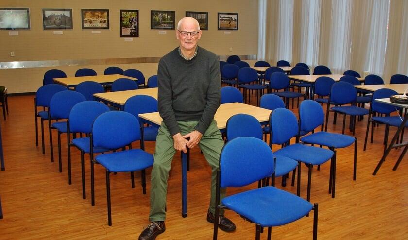 Charles Schuuring in de kleine zaal van het Dorpscentrum.