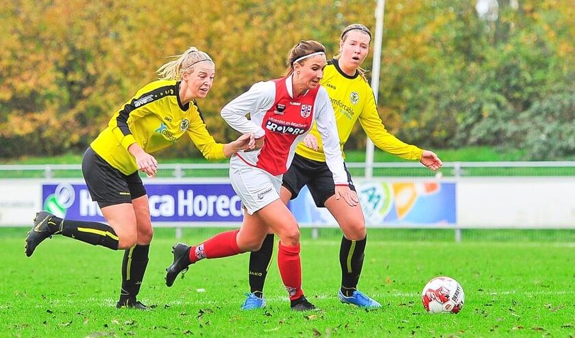 Madieke Zaad, hier ingeklemd tussen twee tegenstanders, speelde een glansrol met één goal en vier assists.