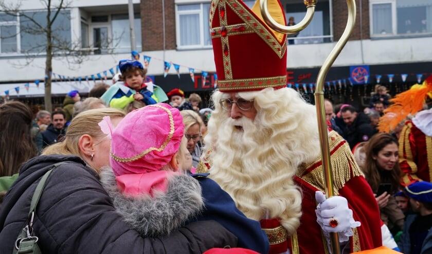 <p>Sinterklaas maakte altijd na zijn aankomst in Leiderdorp een rondrit waarbij hij honderden kinderen persoonlijk de hand schudde. Dit jaar maakt het coronavirus dat onmogelijk. Op de foto is de goedheiligman op winkelcentrum Santhorst.&nbsp;</p>