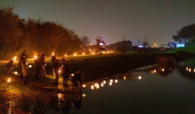 Drijvende lantaarntjes op het water maakten veel indruk. Foto's: Wil van Elk © uitgeverij Verhagen