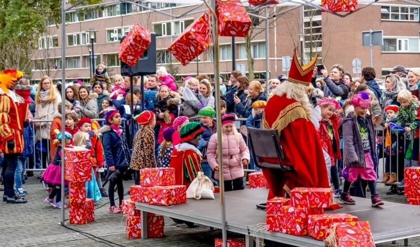 Drukbezochte meet & greet momenten met Sinterklaas, zoals hier bij winkelcentrum Santhorst, zullen er dit jaar niet zijn.