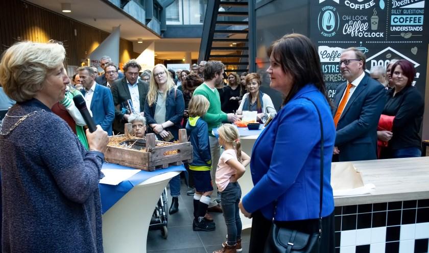 Burgemeester Driessen spreekt Angelique Beekhuizen toe. | Foto: J.P. Kranenburg,