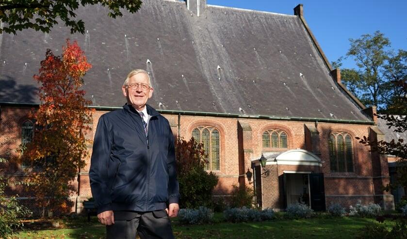 Dick de Boer bij de Dorpskerk, die een belangrijke rol speelt in het boek. | Foto: C. v.d. Laan