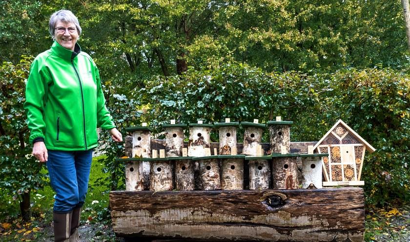 Voorzitter Riny Vons van de natuurspeeltuin bij de nieuwe nestkast en het insectenhotel.