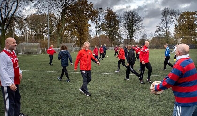 Kees Kist (derde van links in oranje trainingsjack) gaf een training walking football.