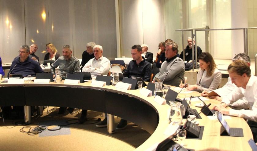 De politiek luistert aandachtig tijdens de presentatie van een presentatie over de Omgevingsvisie. | Foto: Wim Siemerink