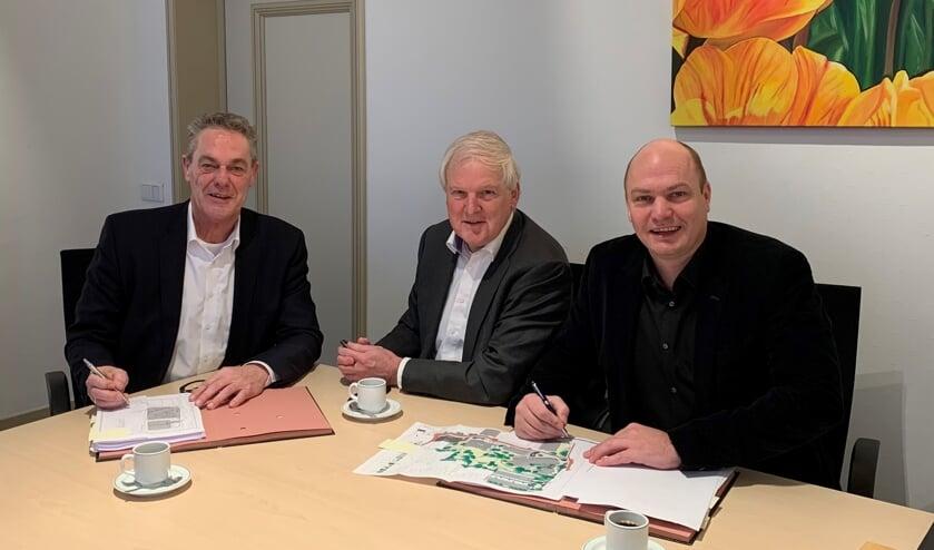 Ondertekening overeenkomst Jozefpark, door wethouder Anne de Jong en de directie van Renward: Peter Letschert en Patrick Jansen.