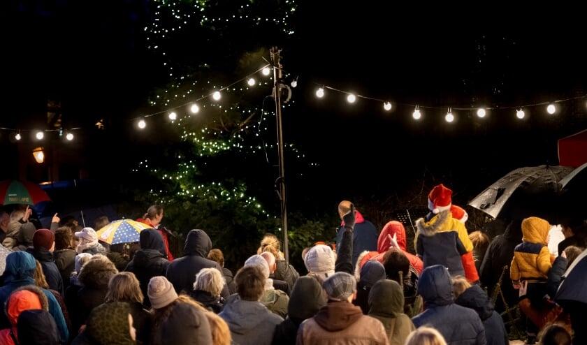 <p>Vorig jaar werd het ontsteken van de lichtjes in de grote kerstboom in het oude dorp gecombineerd met een gezellige samenzang. Dit jaar kan er vanwege corona helaas geen publiek bij zijn. Livestream meekijken kan wel. &nbsp; &nbsp;</p>