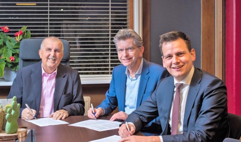 Cees Oostindie, Pierre Sponselee en Gerard Mostert zetten hun handtekening. | Foto: pr