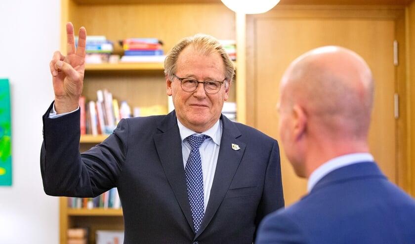 Jaap Smit legt de eed af voor Minister van Binnenlandse Zaken Raymond Knops.