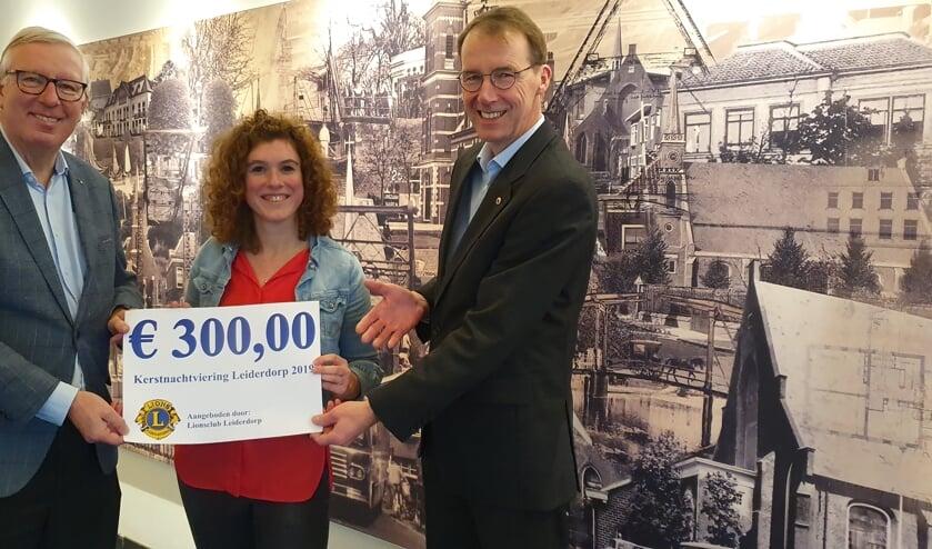 Lions Peter de Ligt (r.) en Kees van Haasteren overhandigen de cheque aan Renske van der Velden. | Foto: PR
