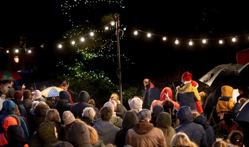 Ondanks het natte en stormachtige weer was het druk bij het ontsteken van lichtjes in de kerstboom bij de Dorpskerk.