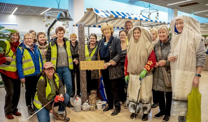 Burgemeester Laila Driessen, hier omringd door  Straatjutters, toont de oogst van een dagje peuken rapen in Leiderdorp.
