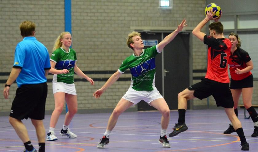 Ivar van Driel verdedigt, Simone Laman kijkt toe. | Foto: Frans van Herwijnen