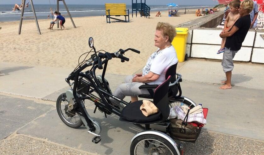 <p>Een gast geniet van het mooie weer op het strand waar ze samen met een vrijwilliger van Fietsmaatjes Hillegom Lisse heen is gefietst.</p>