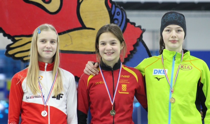 Angel Daleman (midden) is in haar leeftijdscategorie op dit moment de beste schaatsster van Nederland en Europa.