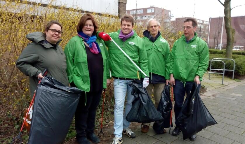 De opruimploeg van GroenLinks met in het midden fractievoorzitter Bob Vastenhoud en links naast hem raadslid Jeannette Hofman-Züter.