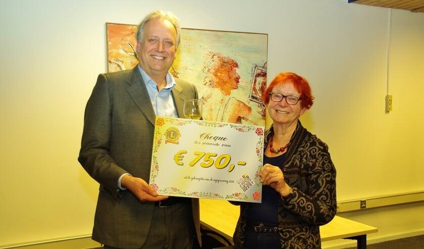 Paul Verlinden (Lions) overhandigt de cheque aan Jetteke Bolten (Cultuurfonds).
