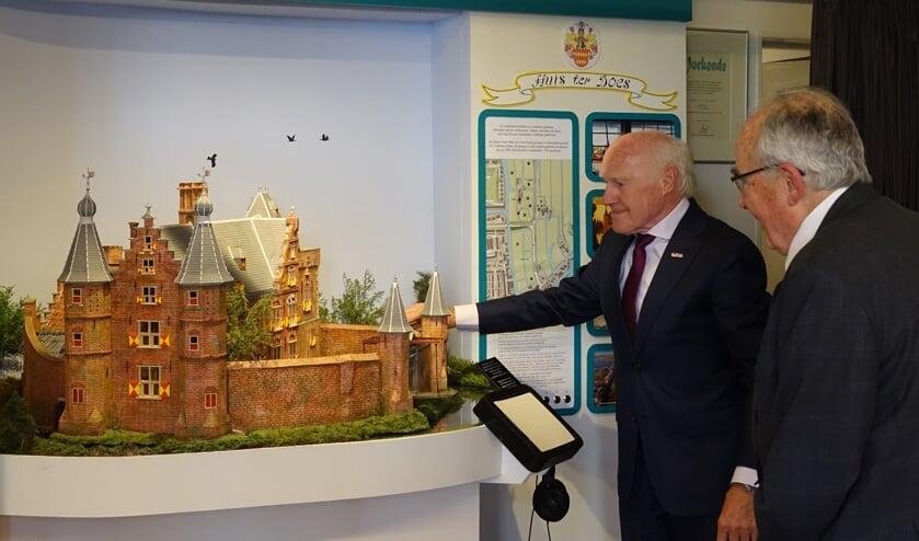 Will van Gessel laat jhr Hanno van der Does zien dat de ophaalbrug van de maquette echt werkt. | Foto: PR