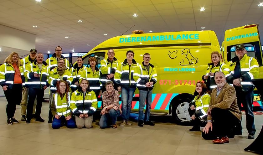 De wagen van de Dierenambulance met een deel van de vrijwilligers en de bestuursleden.