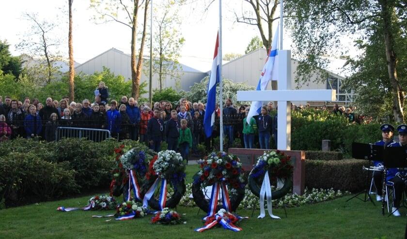 De Dodenherdenking bij het witte kruis op de algemene begraafplaats in Leiderdorp in 2019. Dit jaar wordt het heel anders, zonder publiek en met maar één kranslegging, door burgemeester Laila Driessen en voorzitter Hans Kruidenberg van de Oranjevereniging Leiderdorp.