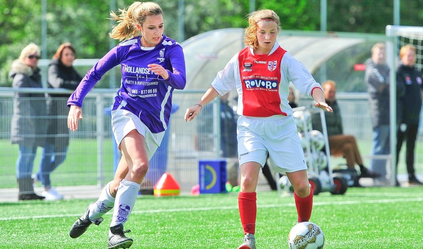 Ashley Lieverse (rechts) in duel met Marloes van der Wel van Odysseus.