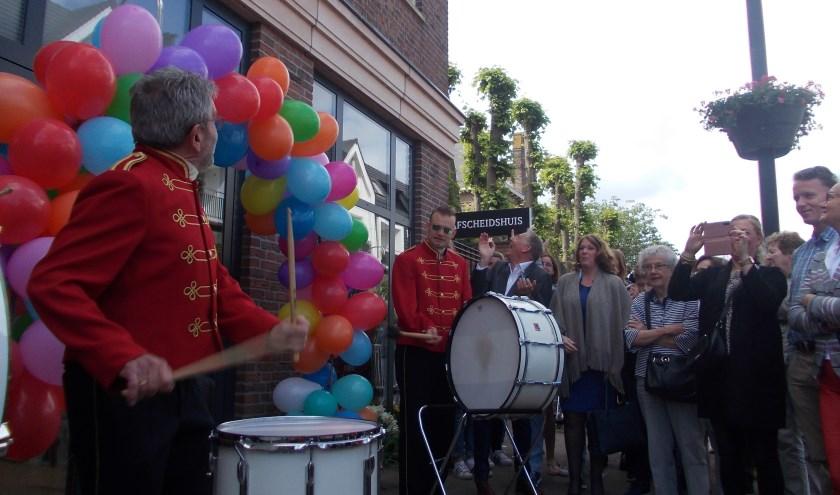 De Bergh drummers verwelkomen projectleider Piet Overduin en burgemeester Carla Breuer.   Foto: PdB