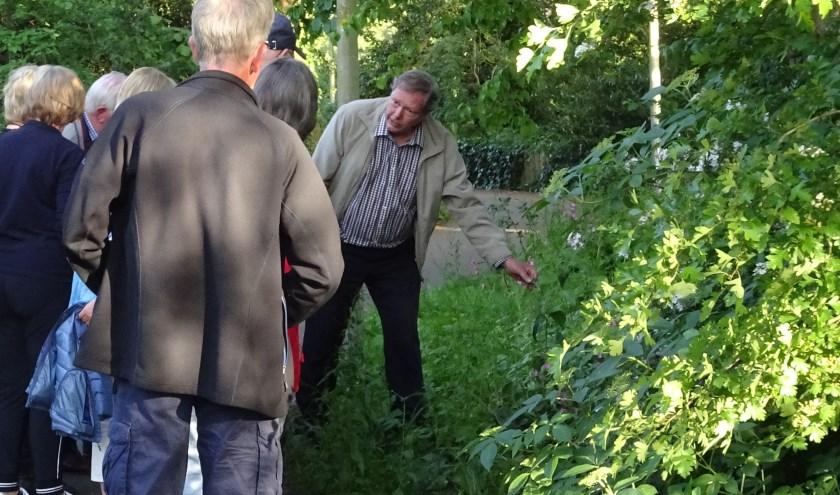 Aad Rijntalder (rechts) geeft uitleg.