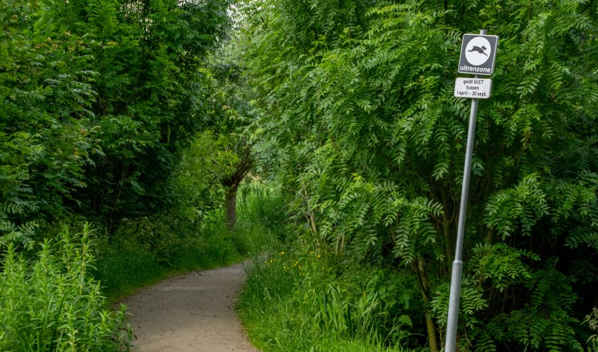 Ook nu mogen honden tussen 1 oktober en 1 april al los lopen in bepaalde delen van park de Houtkamp. Maar als het aan het college van B en W ligt, mag dat straks op meer gebieden, en op een aantal plekken ook het hele jaar. Op de foto de entree van een uitrenzone in De Houtkamp.
