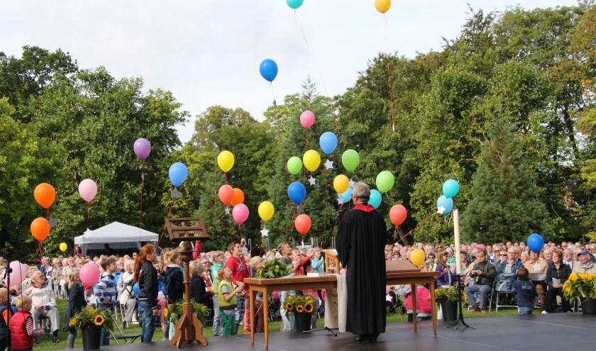 Los! De ballonnen met kinderwensen gaan de lucht in. | Foto: PR