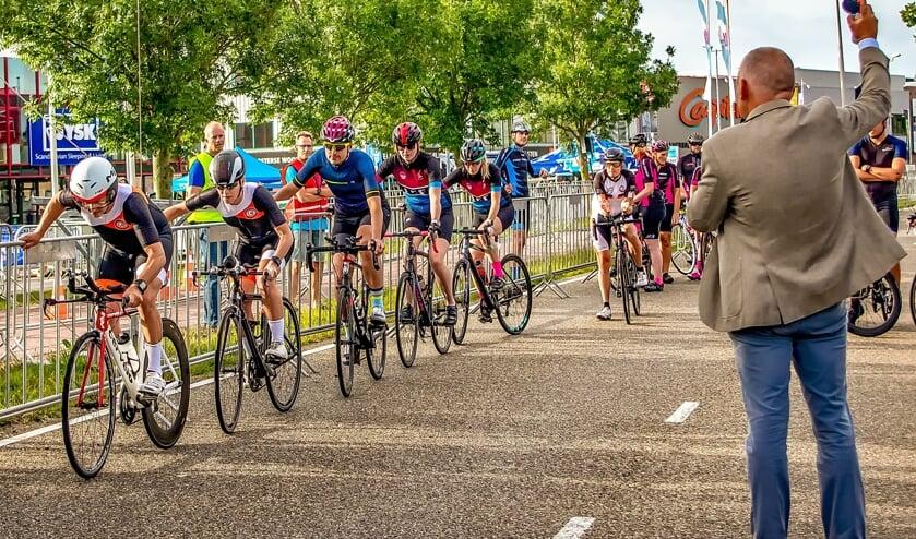 Wethouder Daan Binnendijk schiet een van de ploegen voor de ploegentijdrit weg.