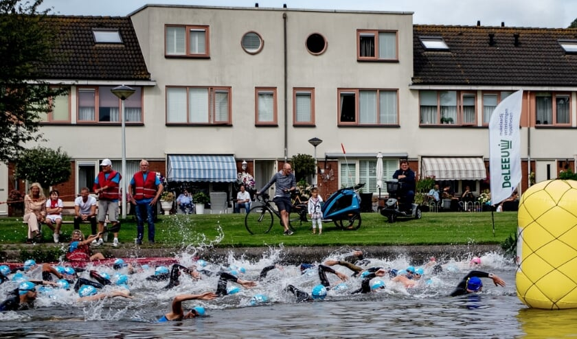 <p>Deelnemers aan de standaardafstand zijn bezig aan hun 1500 meter zwemmen in de Zijl tijdens de Triathlon Leiderdorp van 2019.</p>